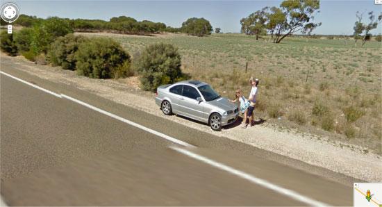Koppeltje spot Google Street View auto en gaat van bil
