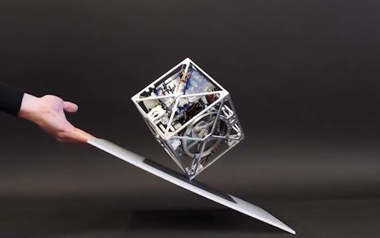 Video: zelfbalancerende kubus wil maar niet omvallen