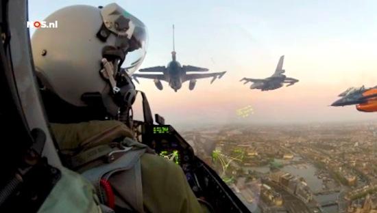 Video: Vlieg mee met tien F16's boven Amsterdam