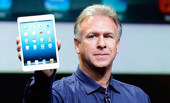 Phil Schiller met een iPad Mini