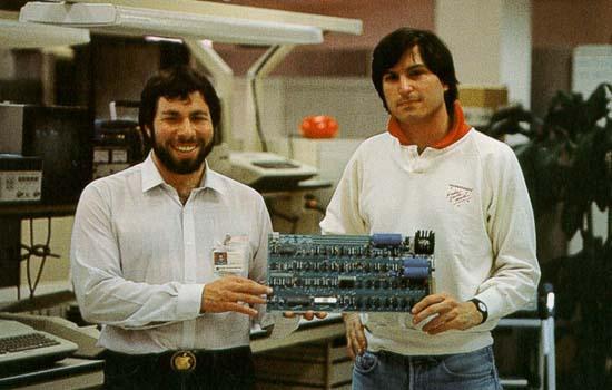 Twee Steves houden een computer vast