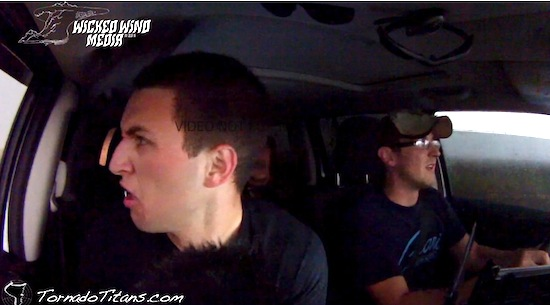 Video: stormchasers komen in een tornado terecht
