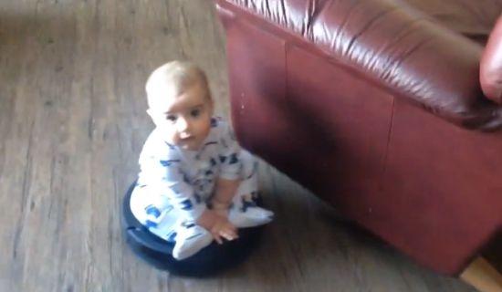 Baby op Roomba stofzuiger