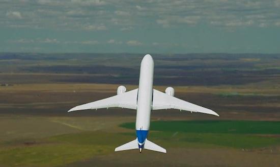 Kijk hoe een Boeing 787-9 misselijkmakende stunts uitvoert