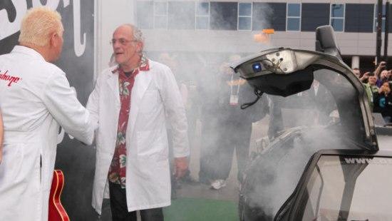 Doc Brown arriveert in zijn DeLoreon tijdmachine op CES 2014