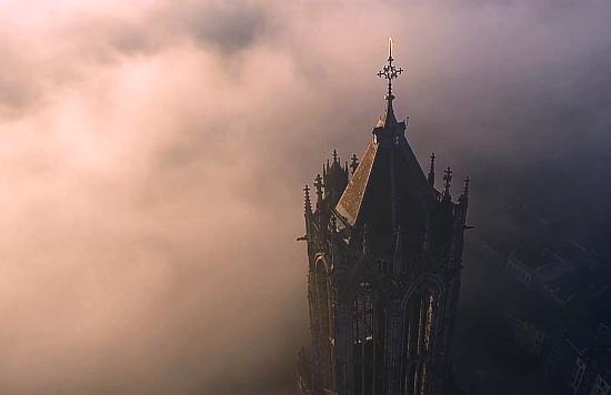 Domtoren bij mist vanuit een drone
