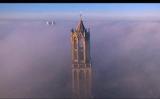 Dronevideo van de Dag: Utrechtse Domtoren in de mist