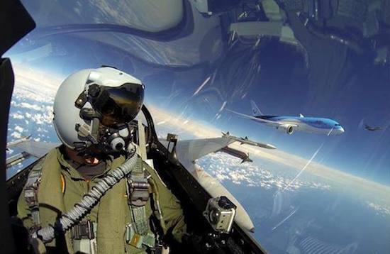 F16-piloot maakt brute selfie met Boeing 787