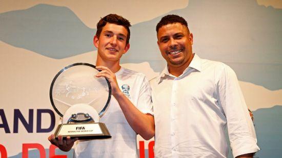 Deen wint virtueel FIFA WK voetbal op de Playstation 3