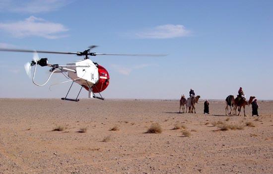 De traditionele woestijnridder en zijn speelgoedheli