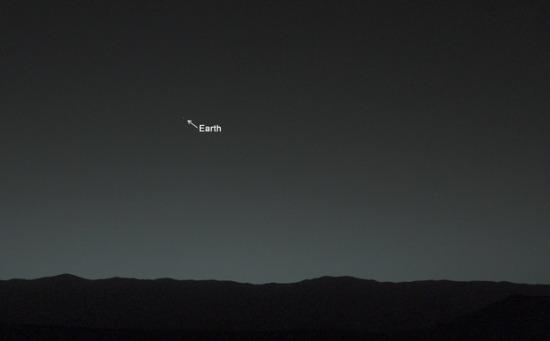 Mars Curiosity maakt haar eerste foto van de Aarde