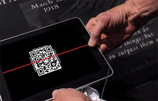 Herdenk de overledene met een QR-code op de grafsteen