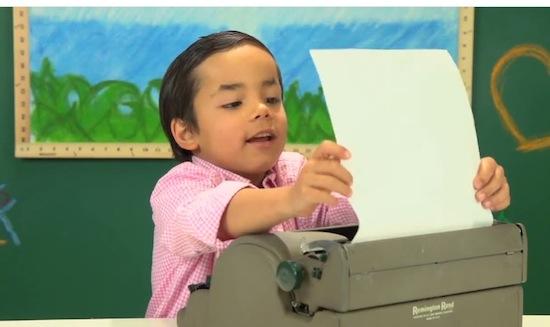 Zo reageren kinderen die voor het eerst een typemachine zien