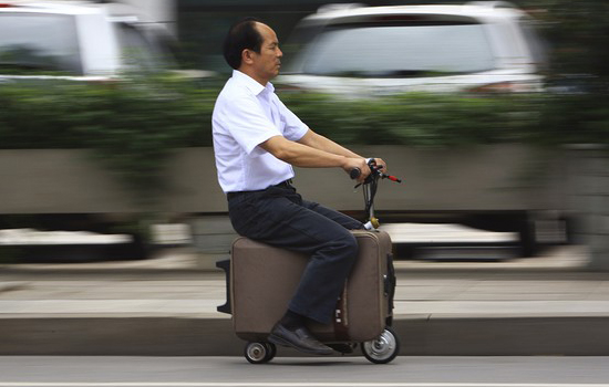 Met deze koffer scooter ben jij het snelst op het vliegveld