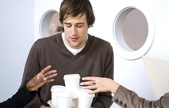 De stagiaire haalt de koffie