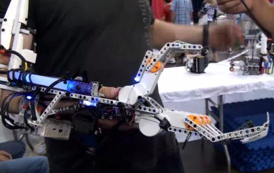 Met deze Cyborg LEGO arm kan je handen schudden