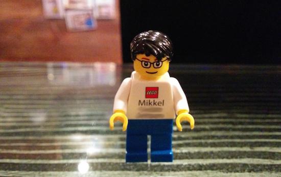 Senior Managers bij LEGO hebben visitekaartjes in de vorm van LEGO-figuren met hun uiterlijk