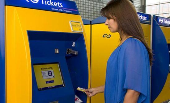 Banken en de NS gaan reizen met bankpas mogelijk maken