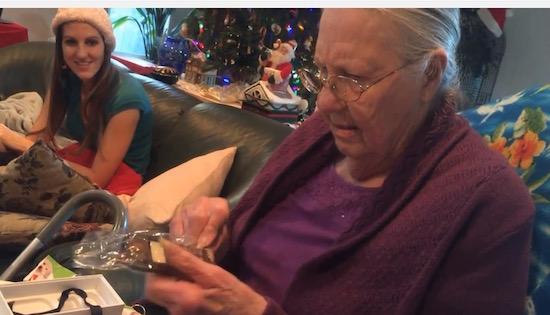 Oma krijgt een iPhone, is er totáál niet blij mee