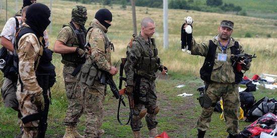 Pro-Russische separatistenleider houdt knuffeltje omhoog