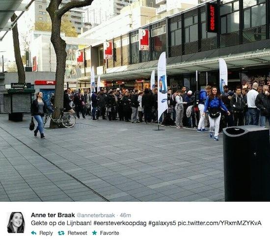 Nederlanders in de rij voor een Samsung Galaxy S5