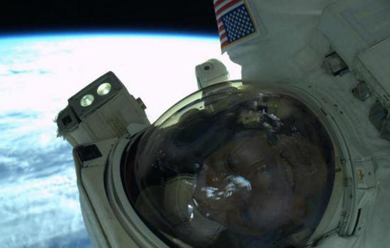 Astronaut maakt een selfie tijdens ruimtewandeling