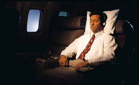 Video: man valt in slaap in het vliegtuigggggggggggg