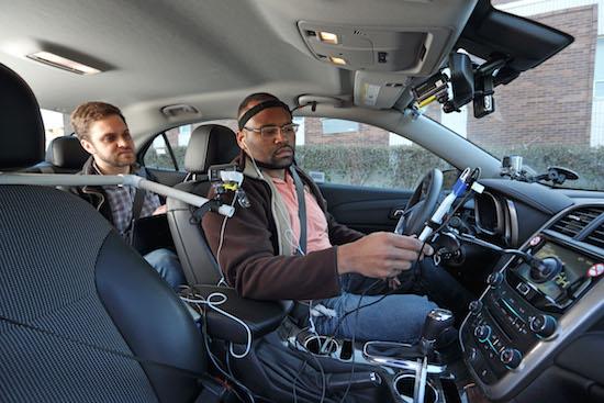 Stembediening smartphone leidt af tijdens autorijden