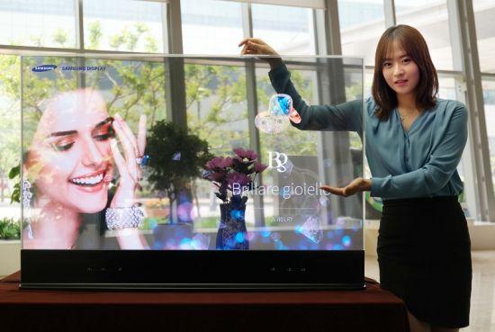 Een Samsung-display met een vrouw ernaast
