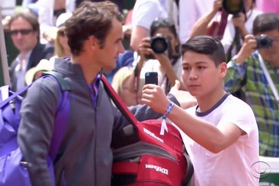 Fan wil selfie met Federer, bestormt