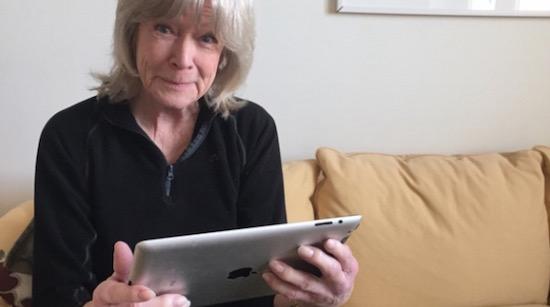 82-jarige vrouw gebruikt voor het eerst internet