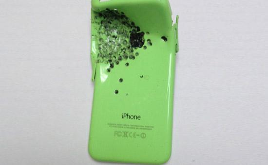 iPhone 5C blijkt sterk genoeg om de kogels van een shotgun tegen te houden