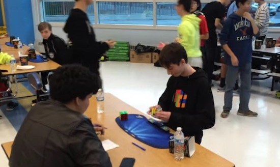 Held (15) lost Rubiks Kubus in 4,9 seconden op