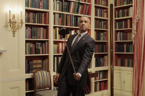 Kijk hoe Obama een selfie maakt met een selfie stick