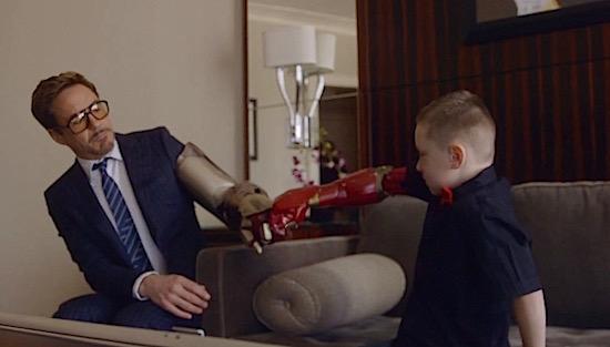 Robert Downey Jr. geeft jochie een bionische arm