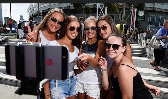 Op deze 4 plekken is de selfie stick al verboden