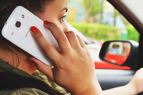 We irriteren ons behoorlijk aan smartphonegebruikers in het verkeer