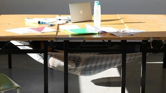 Zou jij kunnen slapen onder je bureau?