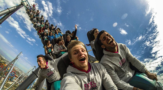 Mafkees legt achtbaan stil met rondslingerende selfie stick
