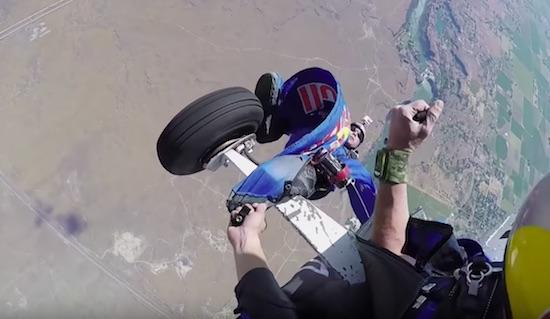 wingsuit vast aan vliegtuigwiel