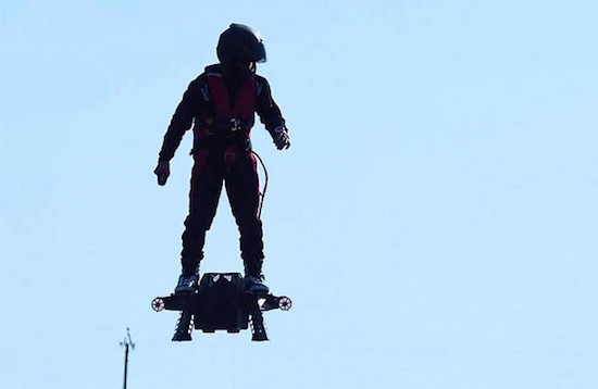 Fransman vestigt record langste hoverboard-vlucht