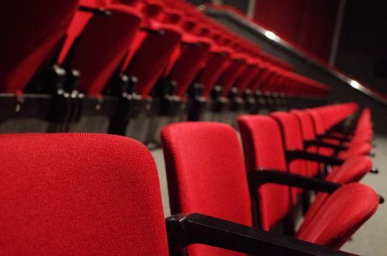 De iconische rode stoelen