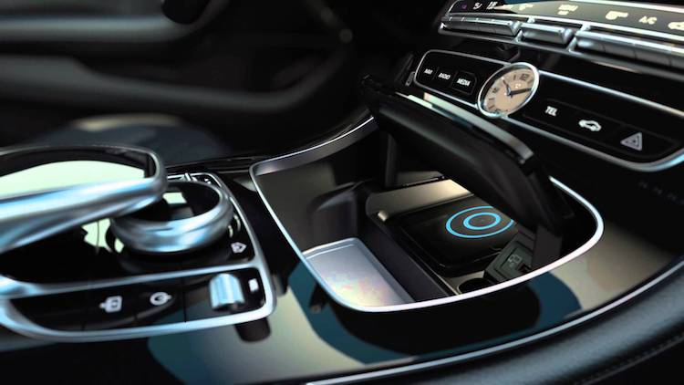 Gedoe: iPhone X draadloos opladen in een Mercedes
