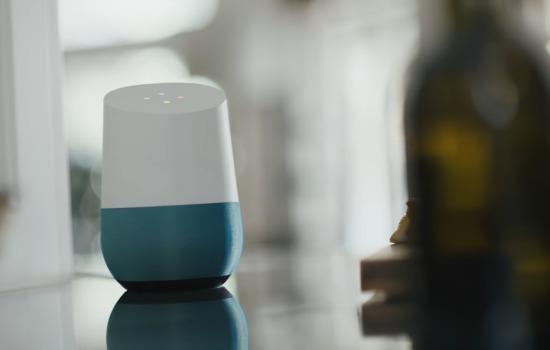 Een Google Home in een keuken