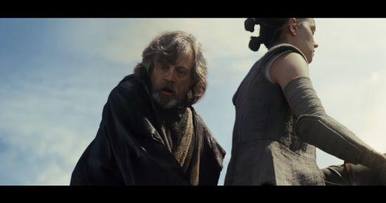 Luke staat van de kracht van Rey te kijken