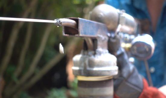 Een waterpistool dat gesmolten metaal afvuurt? Yup.