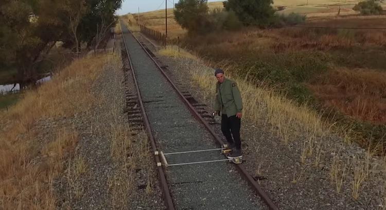 Vergeet de trein, neem dit elektrische skateboard op rails