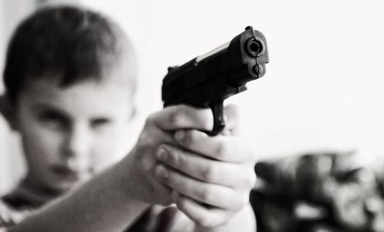 Hoewel het pistool hartstikke nep is, zou dit volgens velen het effect van gamen zijn