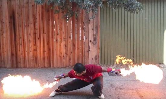 Vecht als een baas met deze vlammenwerper handschoen