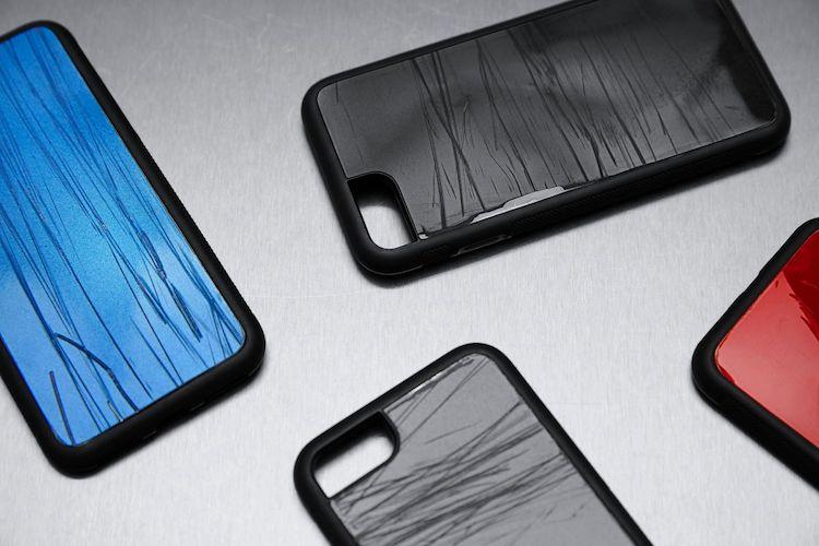 Telefoonhoesjes gemaakt van gecrashte auto onderdelen